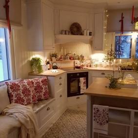 Компактная кухня в загородном доме