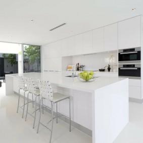 Кухонный остров ослепительно белого цвета