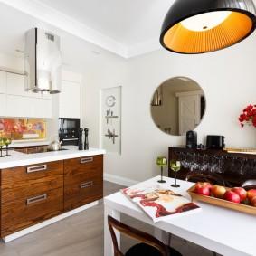 Круглое зеркало на белой стене кухни