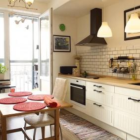 Черная вытяжка на кухне без навесных шкафов
