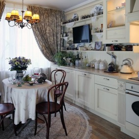 Небольшой обеденный стол в кухне среднего размера