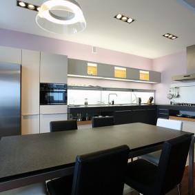 Черный стол в просторной кухне