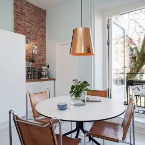Подвесной светильник на кухонным столом