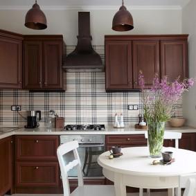 Коричневые фасады на кухонном гарнитуре