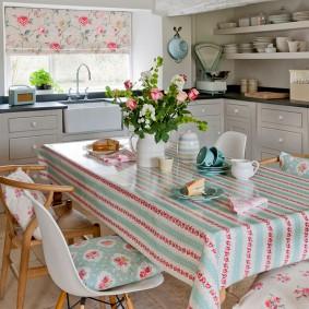 Полосатая скатерть на кухонном столе