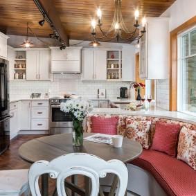 Деревянный потолок в современной кухне