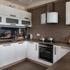 Белый гарнитур в коричневой кухне