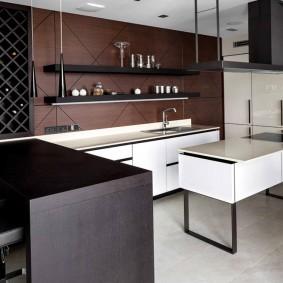 Черная вытяжка над кухонным островом