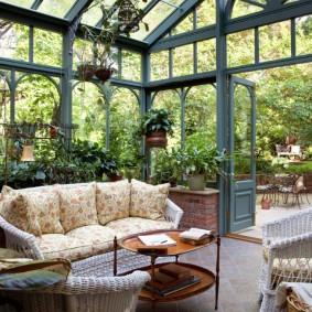 Удобная мебель в зимнем саду на даче