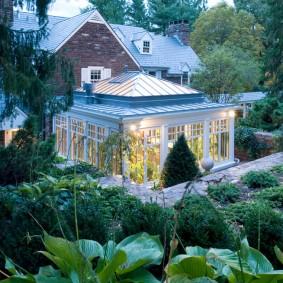 Фото пристроенного зимнего сада на загородном участке