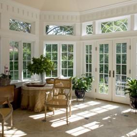 Белые двери со стеклянными вставками