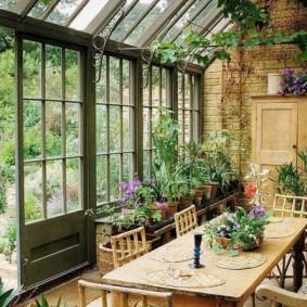 Прямоугольный стол для обедов в домашней оранжерее