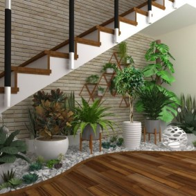 Мини-сад под лестницей в гостиной комнате
