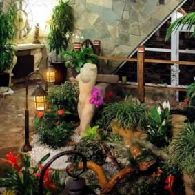 Зеленые растения в домашнем саду на даче