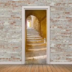 Дверь с фотообоями в кирпичной стене коридора