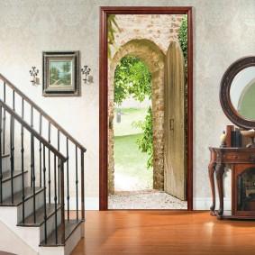Декор двери в холле обоями с фотопечатью