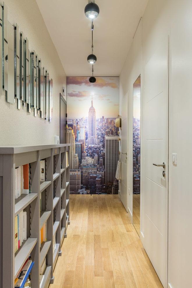 Интерьер длинного коридора с фотопечатью на обоях
