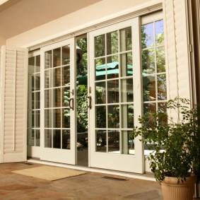 Французские раздвижные двери на балконе в доме