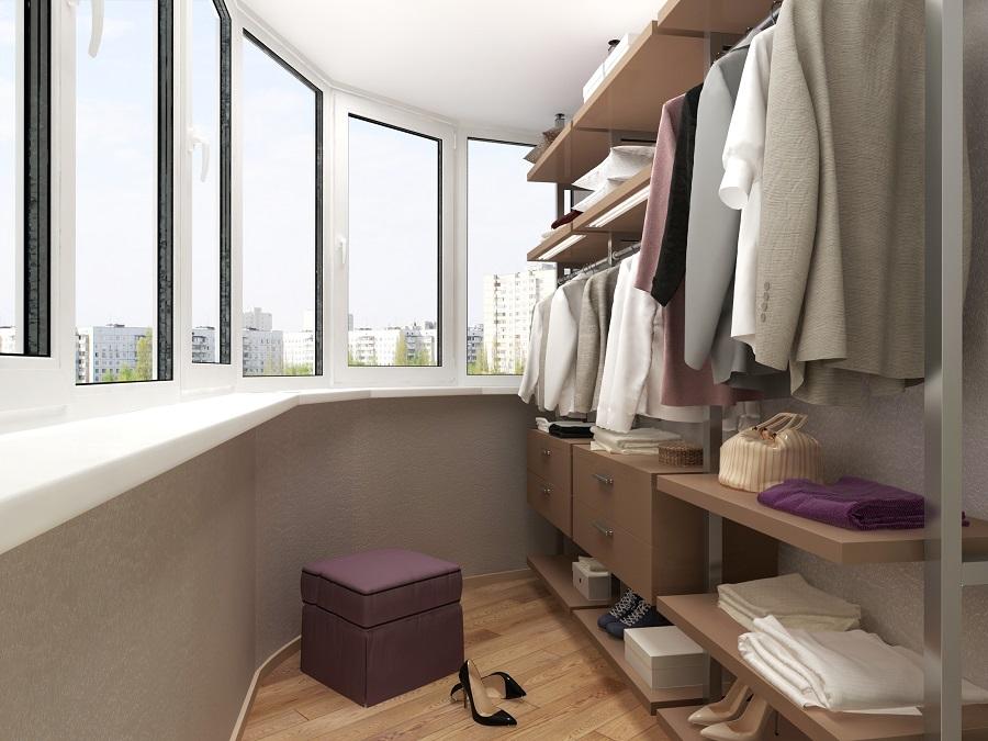 Интерьер гардеробной на застекленном балконе