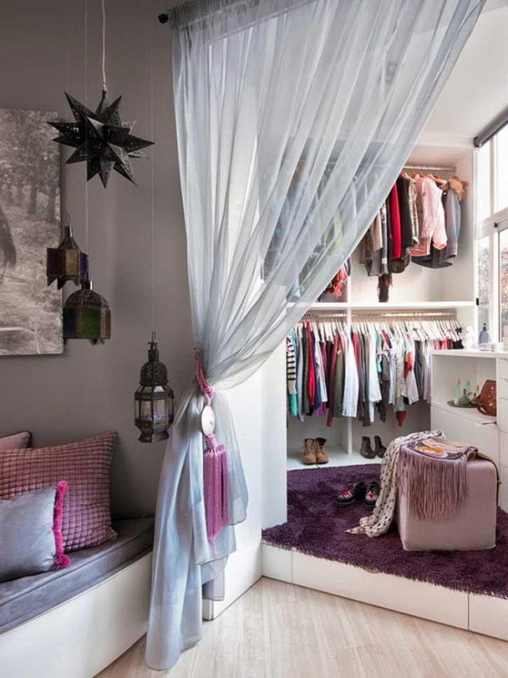 Легкая занавеска между спальней и гардеробной