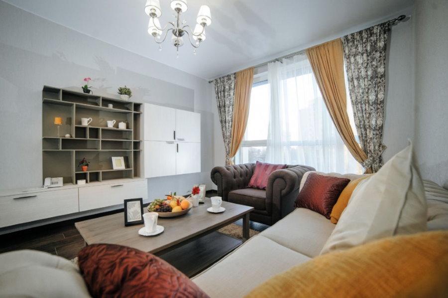 Интерьер гостиной комнаты в квартире современной постройки