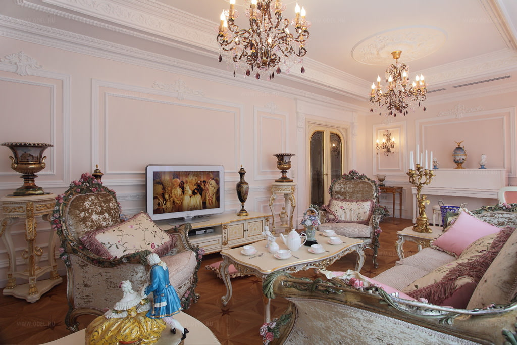 Люстры на потолке гостиной в стиле барокко