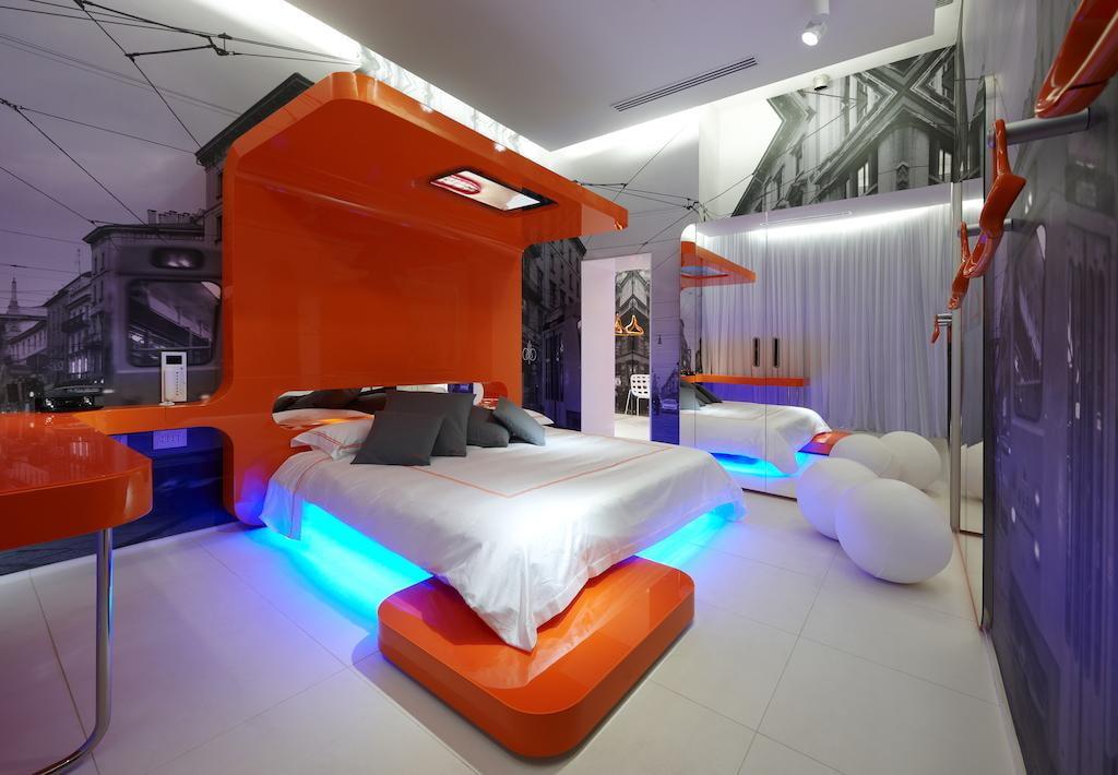Креативный дизайн спальной комнаты в стиле хай-тек