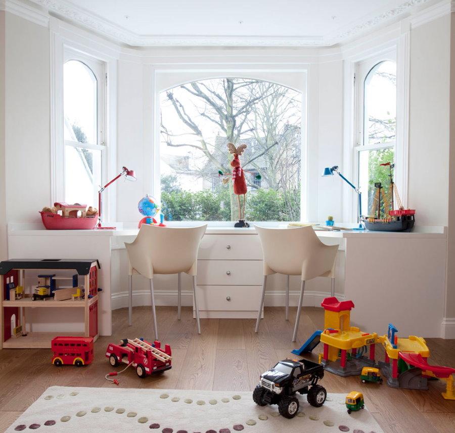 Игровая зона в эркере для двоих разнополых детей