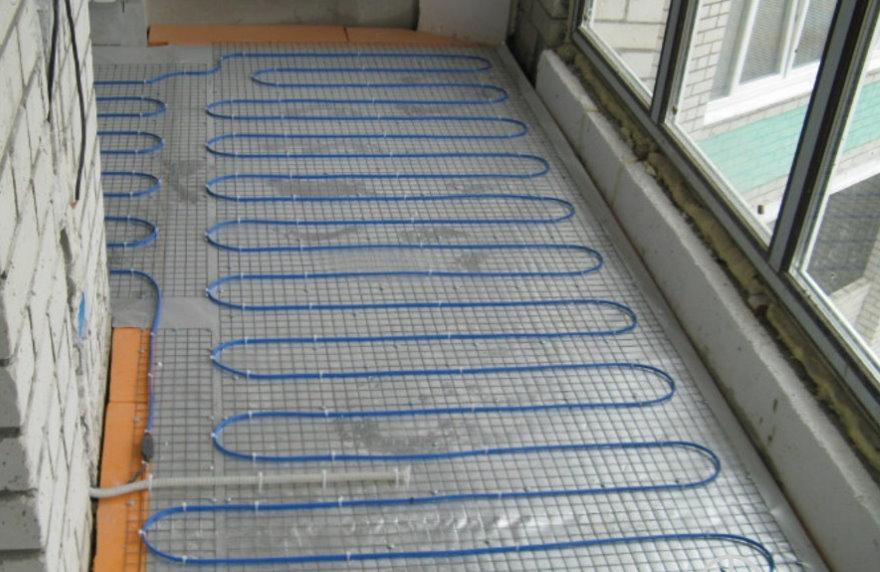 Нагревательный мат с кабелем на полу балкона