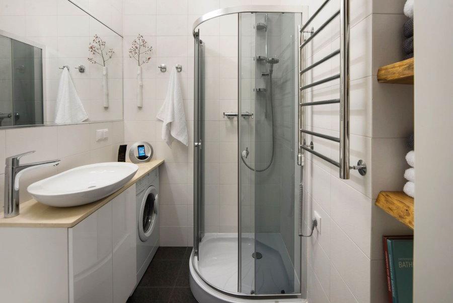 Угловая кабина в ванной комнате