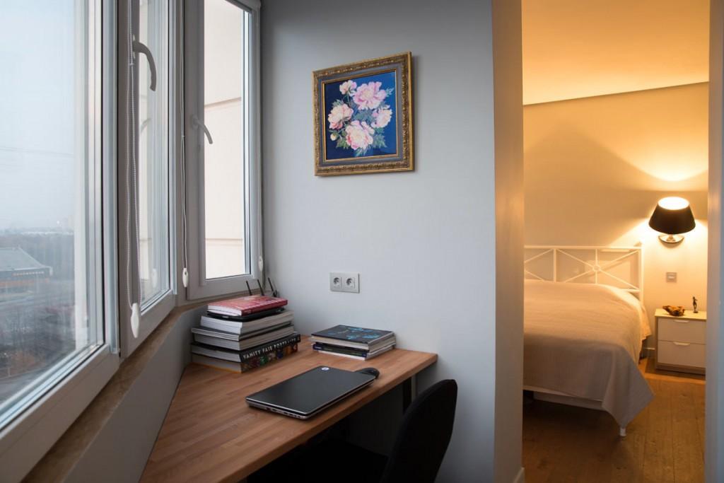 Рабочее место на балконе в спальне