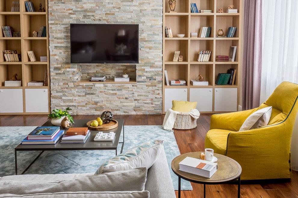 Декор искусственным камнем стены за телевизором в зале