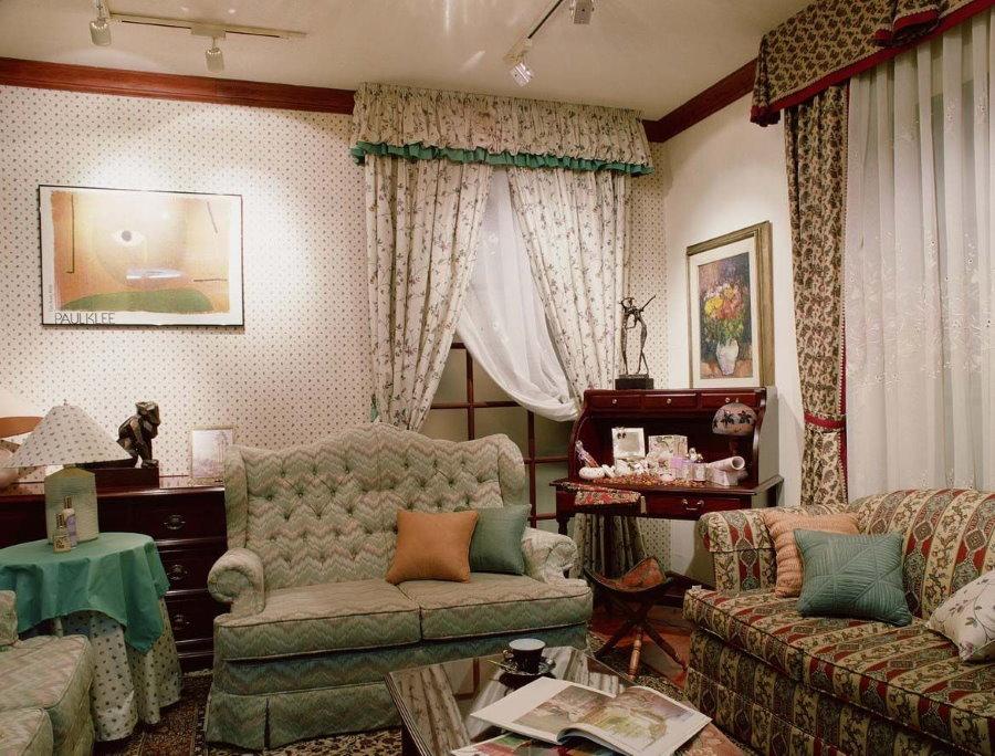 Два небольших диванчика в гостиной стиля кантри