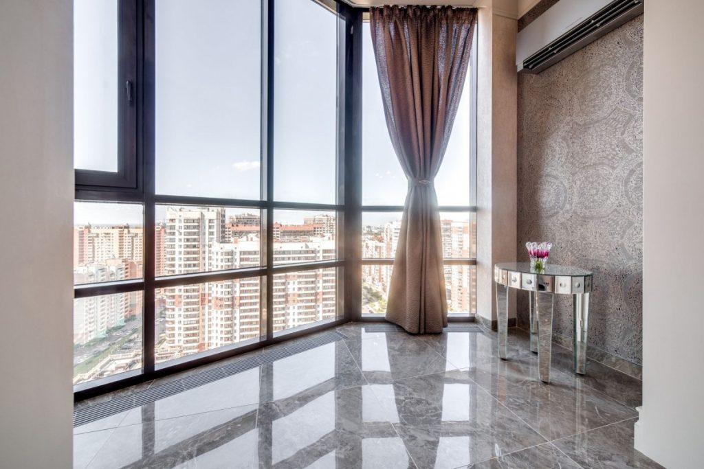 Теплый керамический пол в интерьере балкона