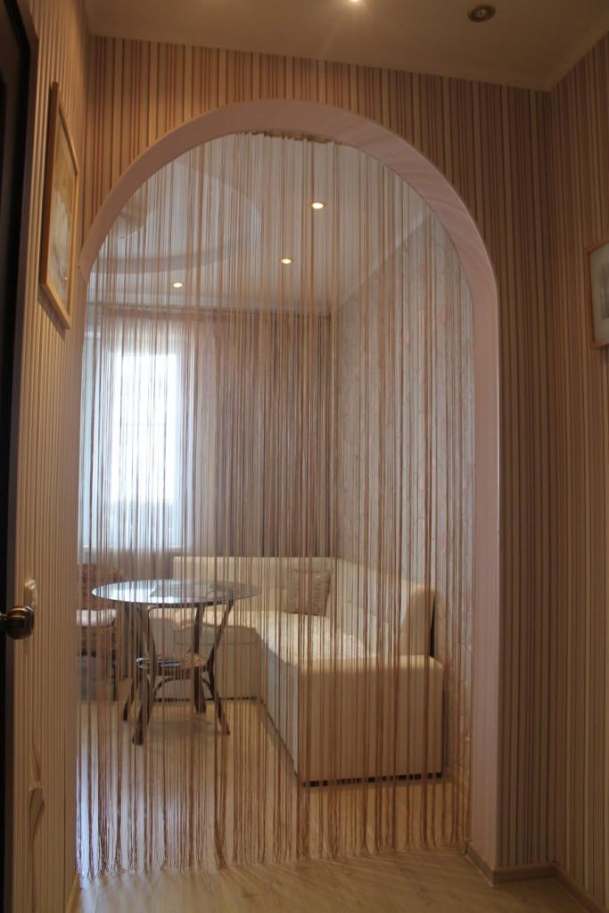 Декор арки в квартире нитяными шторами