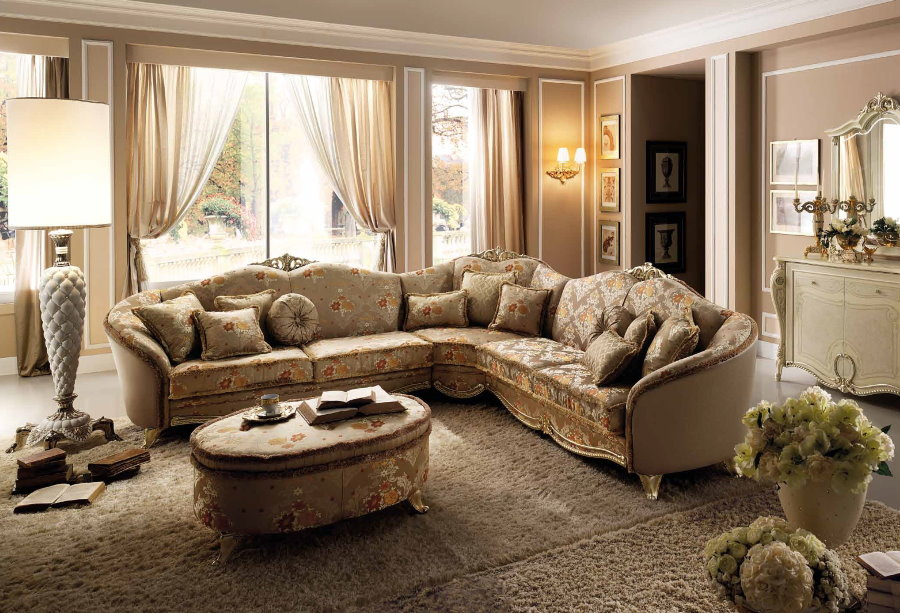 Угловой диван в гостиной комнате классического стиля
