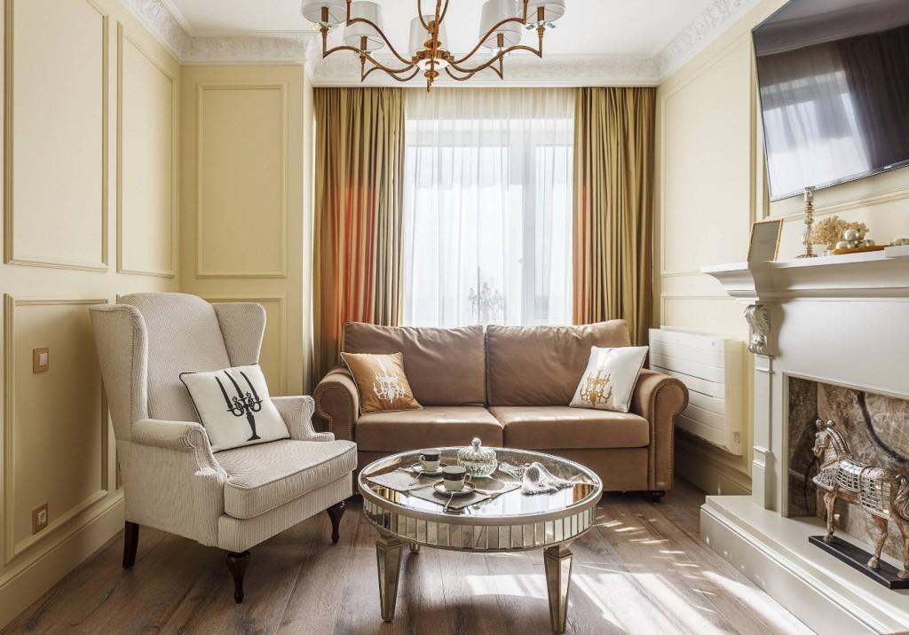 Компактная гостиная с камином в стиле классика