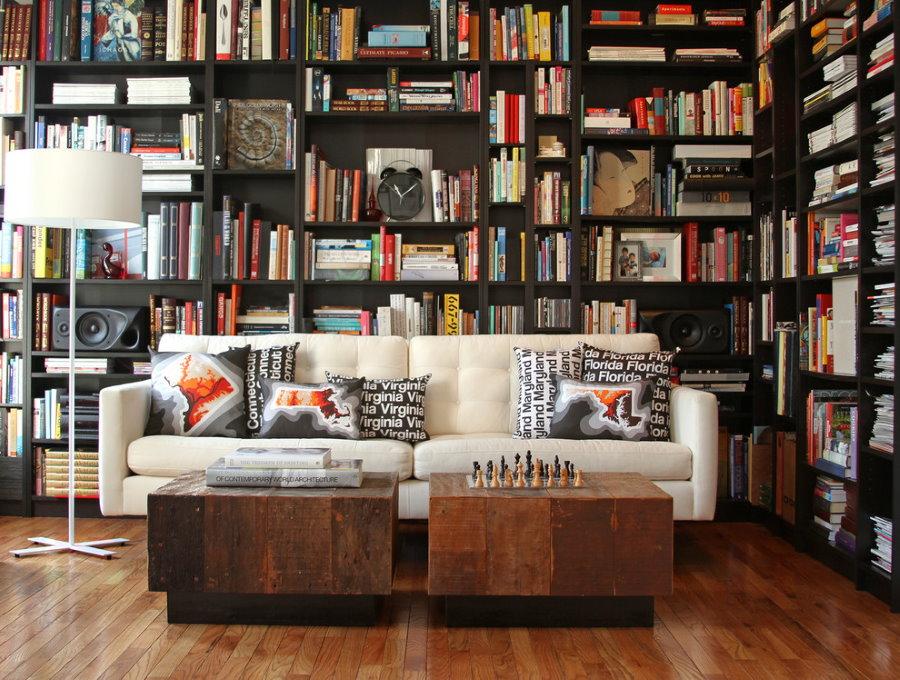 Книжные полки в углу гостиной комнаты