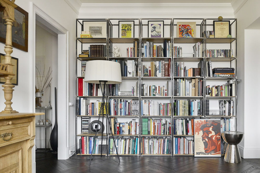 Книжный стеллаж вдоль стены в гостиной комнате
