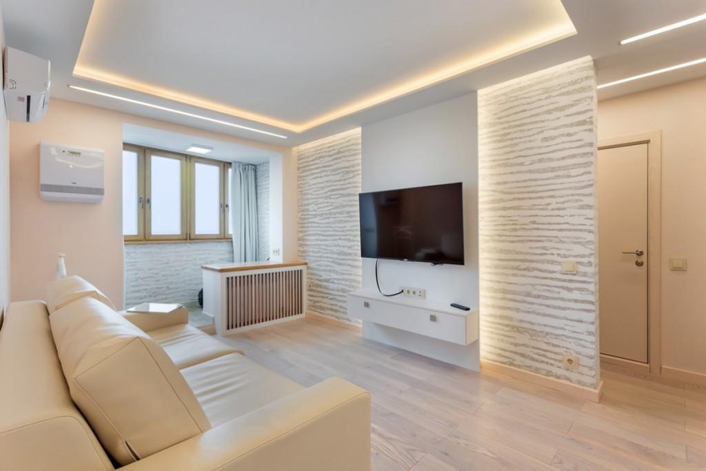 Светлая гостиная комната с утепленным балконом