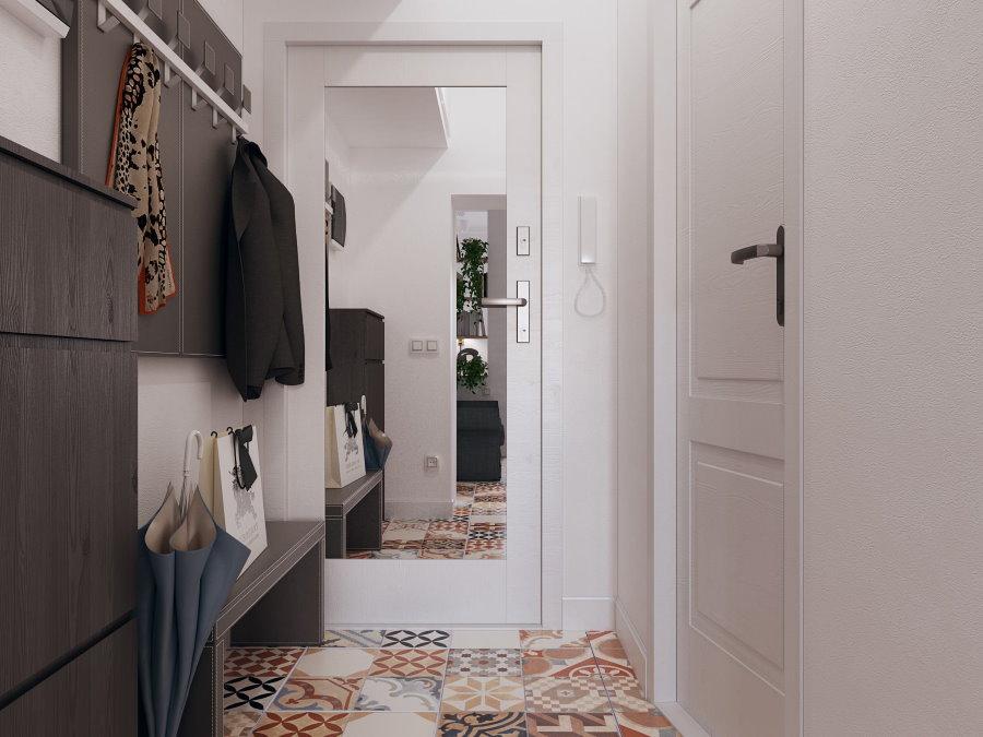 Зеркало на двери в коридоре квартиры свободной планировки