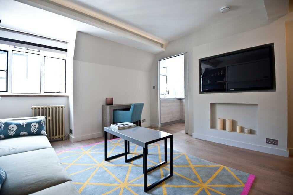 Желтые полосы на коврике перед диваном