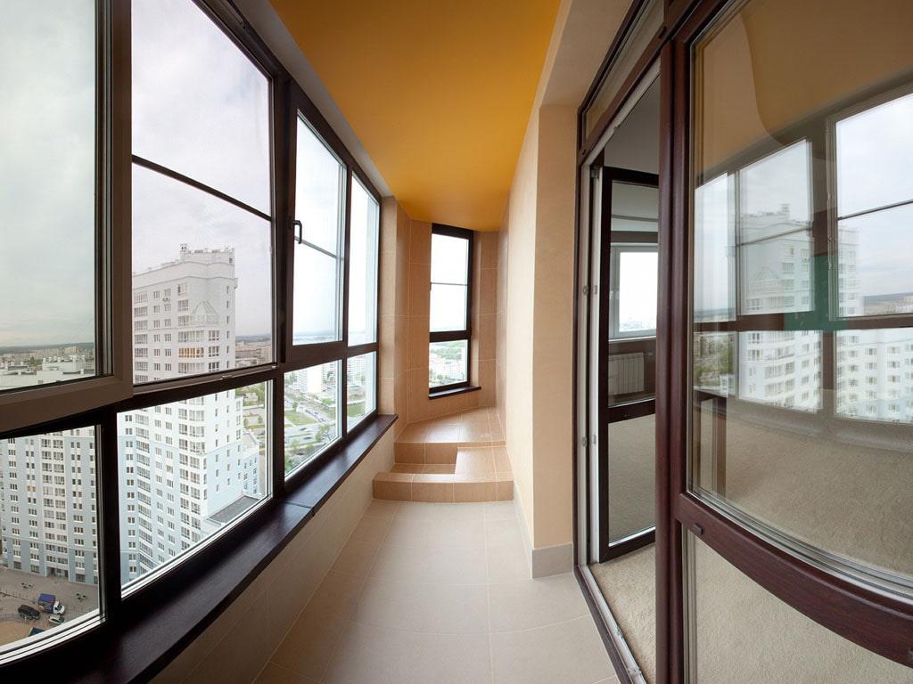 Дизайн лоджии с крашенным потолком