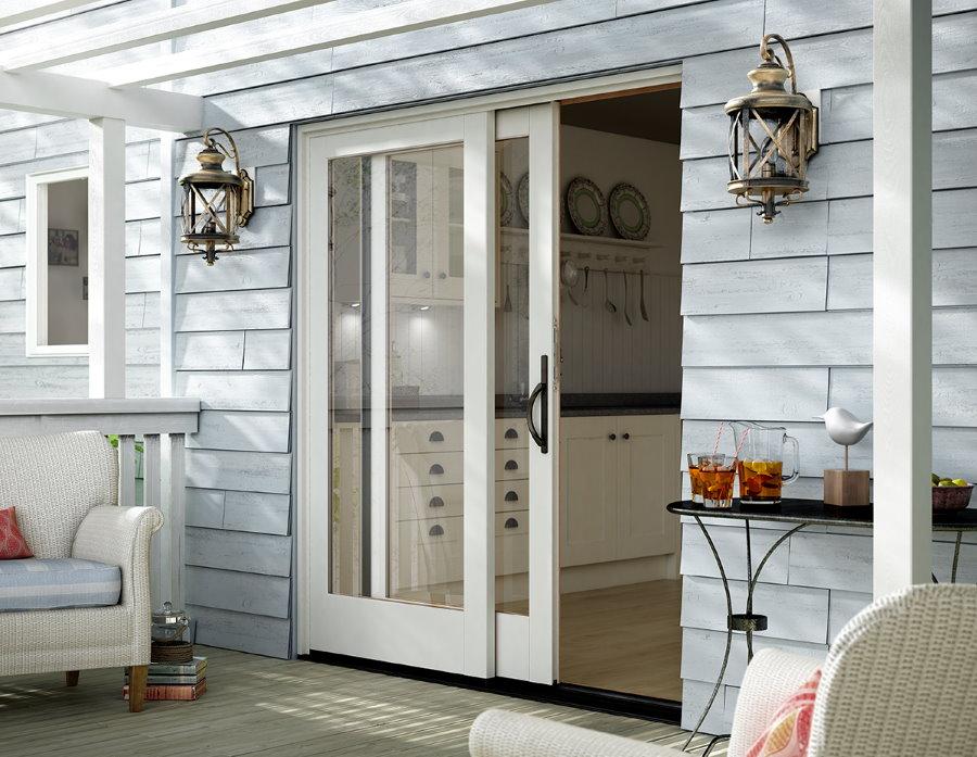 Сдвижные двери на террасе частного дома