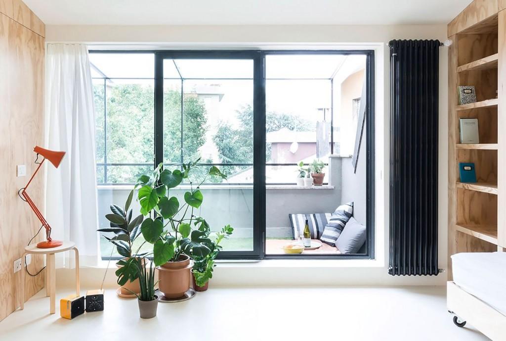 Черные раздвижные двери с большими стеклами