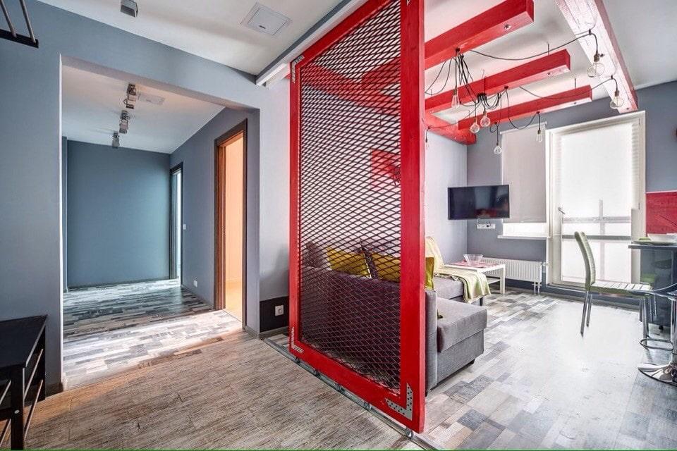 Красная перегородка в квартире-студии стиля лофт