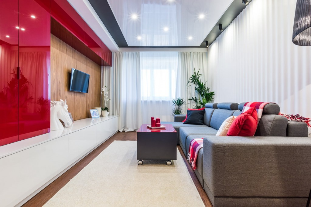 Красно-белая мебель в стандартной квартире с панельными стенами