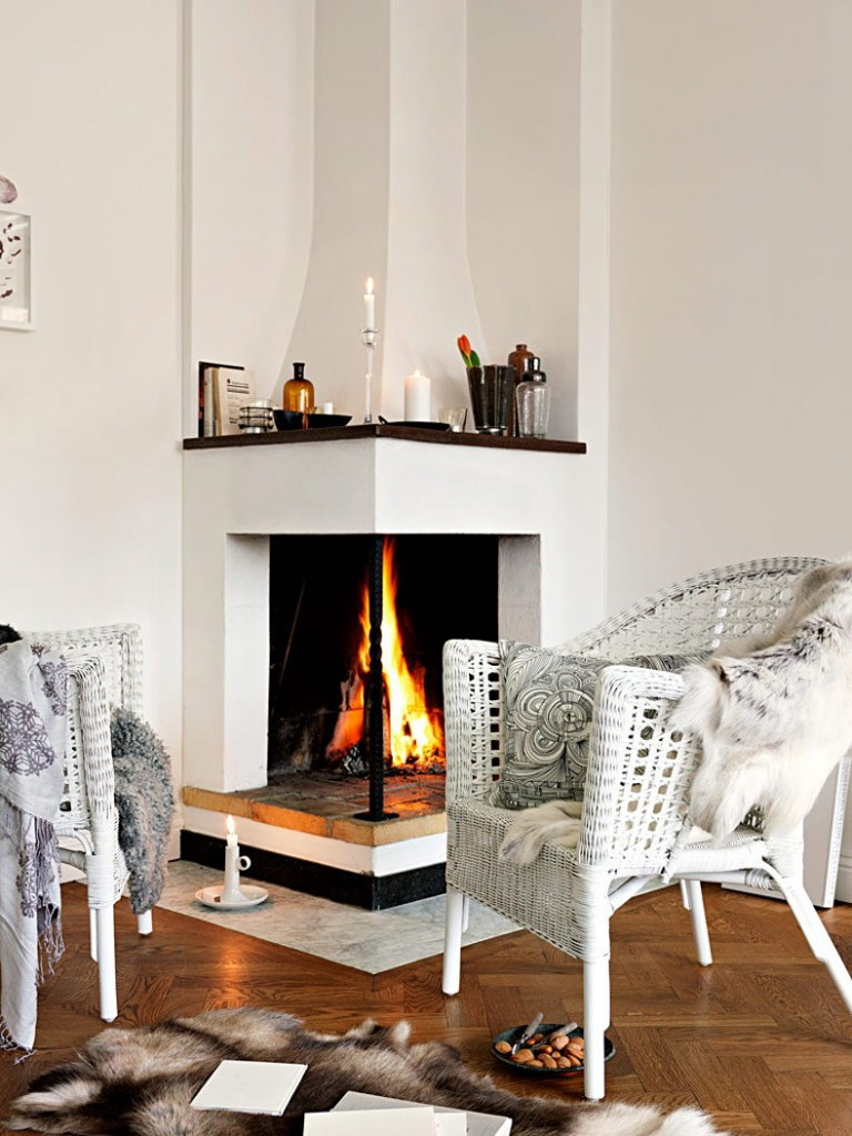 Плетенное кресло белого цвета