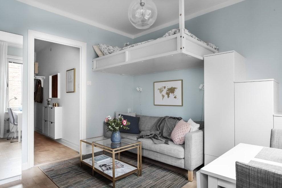 Подвесная кровать под потолком в квартире