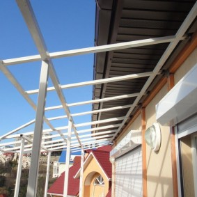 Монтаж балконной крыши из профильной трубы